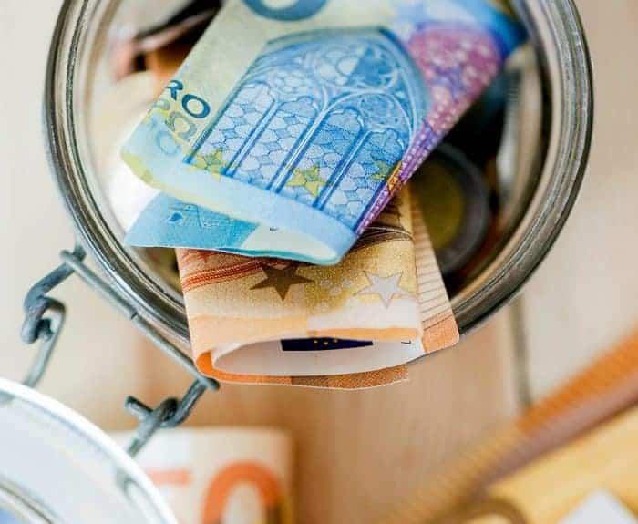 Einmachglas mit Euroscheinen